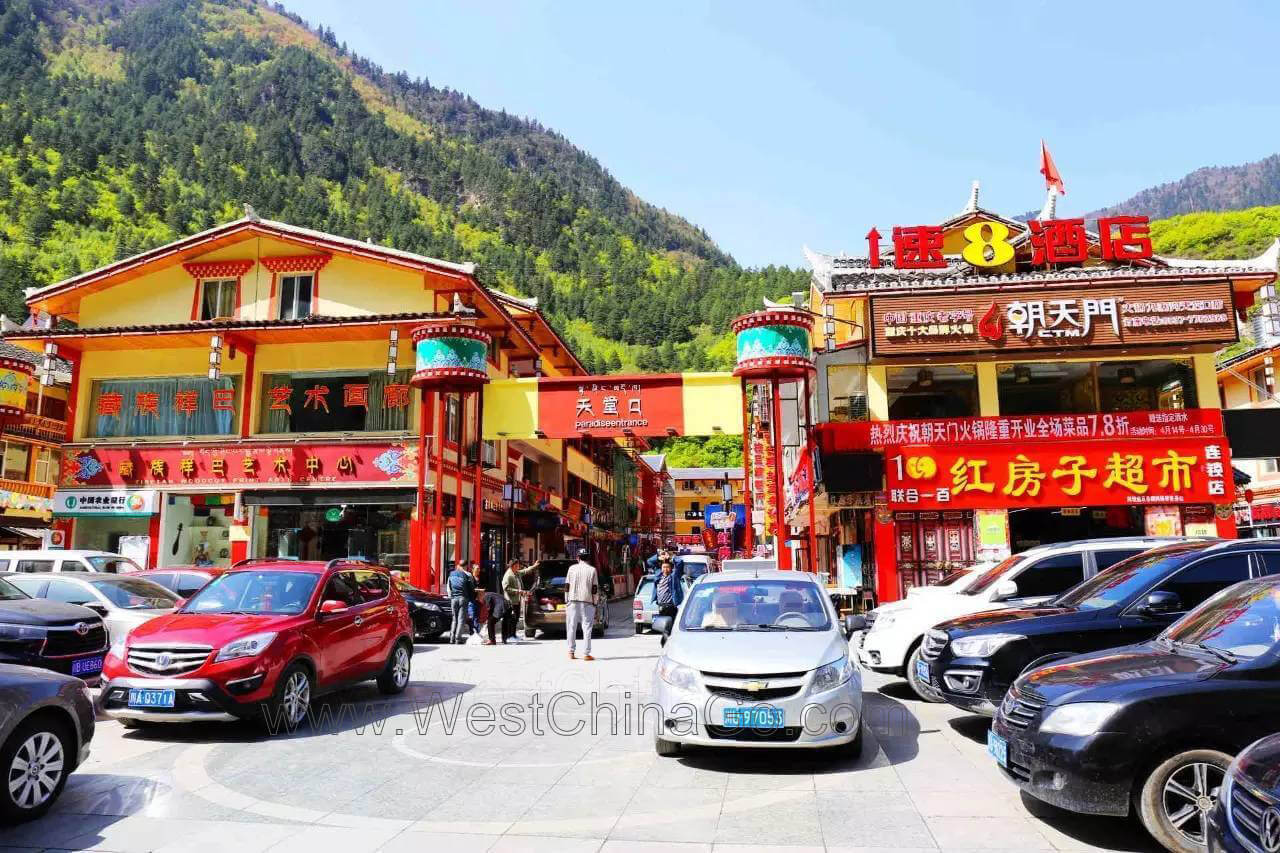 jiuzhaigou tour shopping street